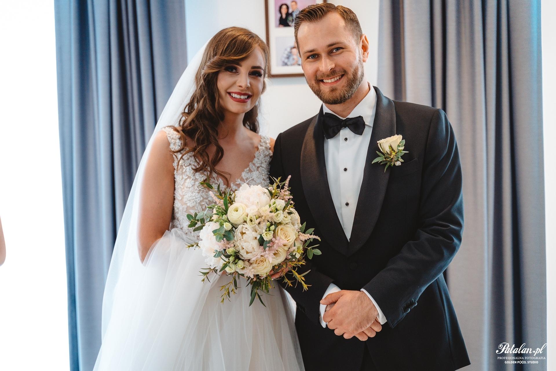 błogosławieństwo rodziców, pan młody, pani młoda, garnitur, smoking na ślub wesele, biżuteria ślubna, buty ślubne, bukiet ślubny, suknia ślubna, panna młoda, przygotowania, makijaż ślubny, welon ślubny, fotograf białystok, fotografia ślubna Łomżam Fotograf ślubny, fotograf na wesele łomża,