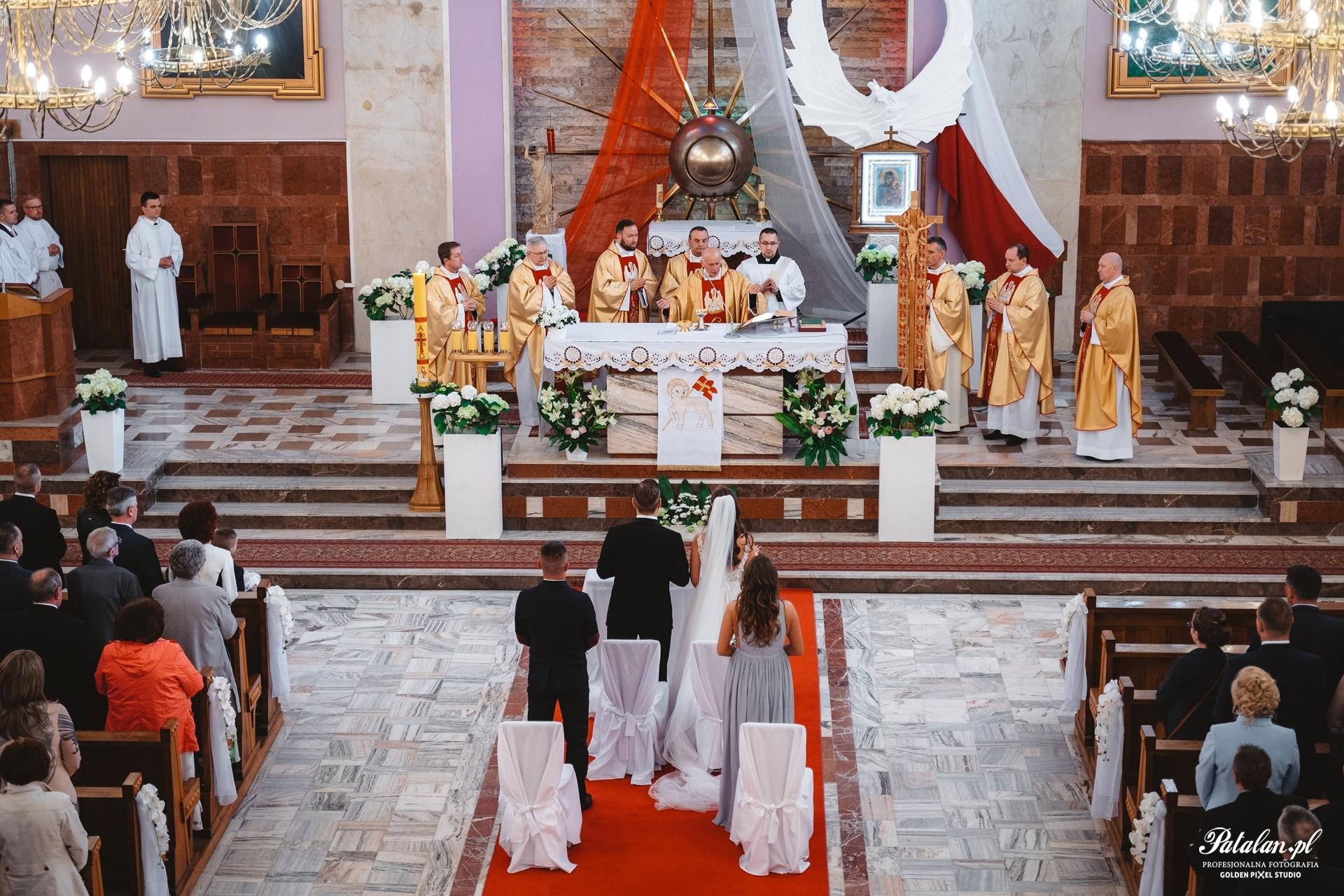 Kościół św. Boboli w Łomży, śbłogosławieństwo rodziców, ceremonia ślubna, pan młody, pani młoda, garnitur, smoking na ślub wesele, biżuteria ślubna, buty ślubne, bukiet ślubny, suknia ślubna,