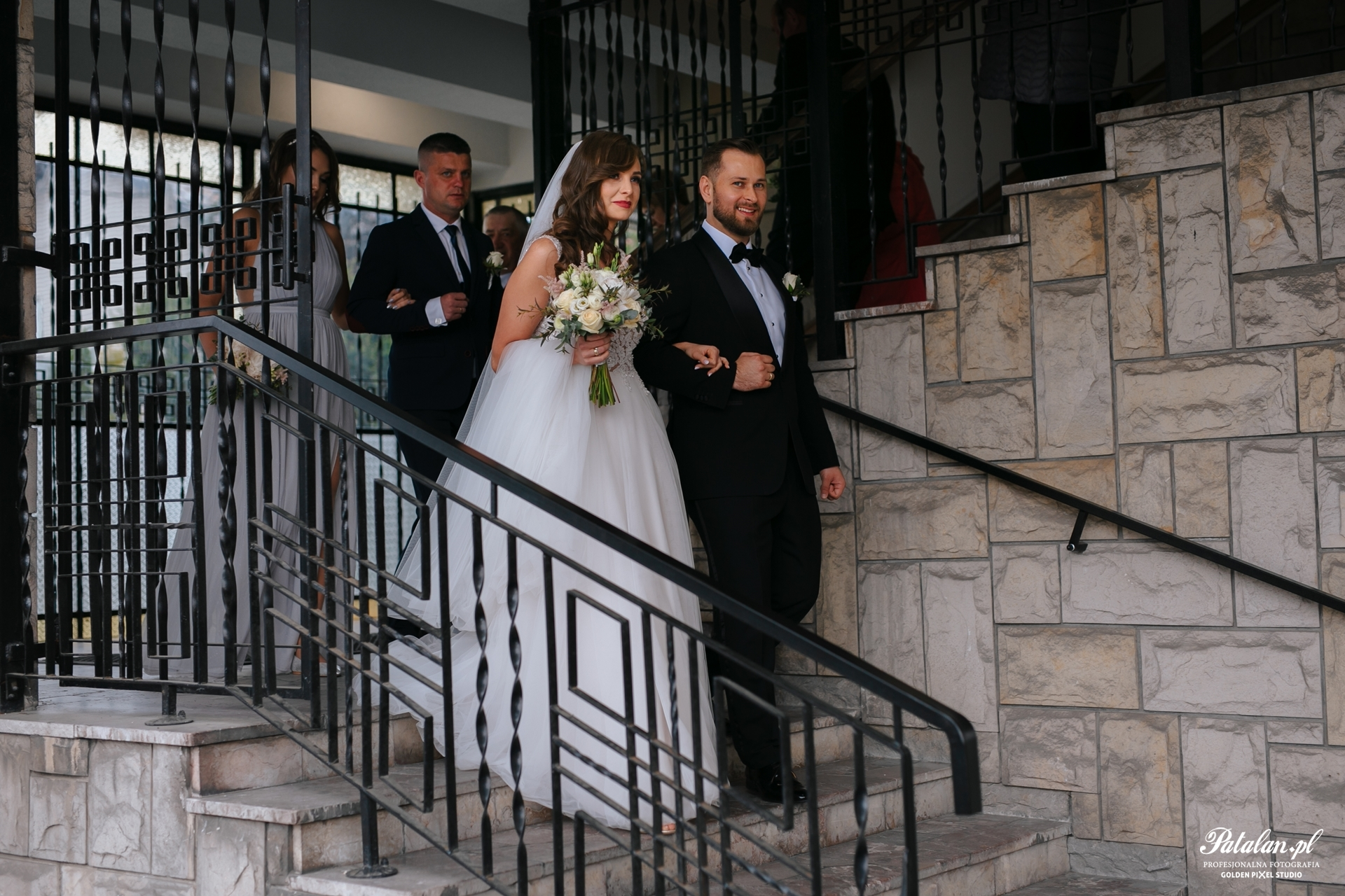 fotograf Białystok, fotografia ślubna Białystok, Kościół św. Boboli w Łomży, śbłogosławieństwo rodziców, ceremonia ślubna, pan młody, pani młoda, garnitur, smoking na ślub wesele, biżuteria ślubna, buty ślubne, bukiet ślubny, suknia ślubna,